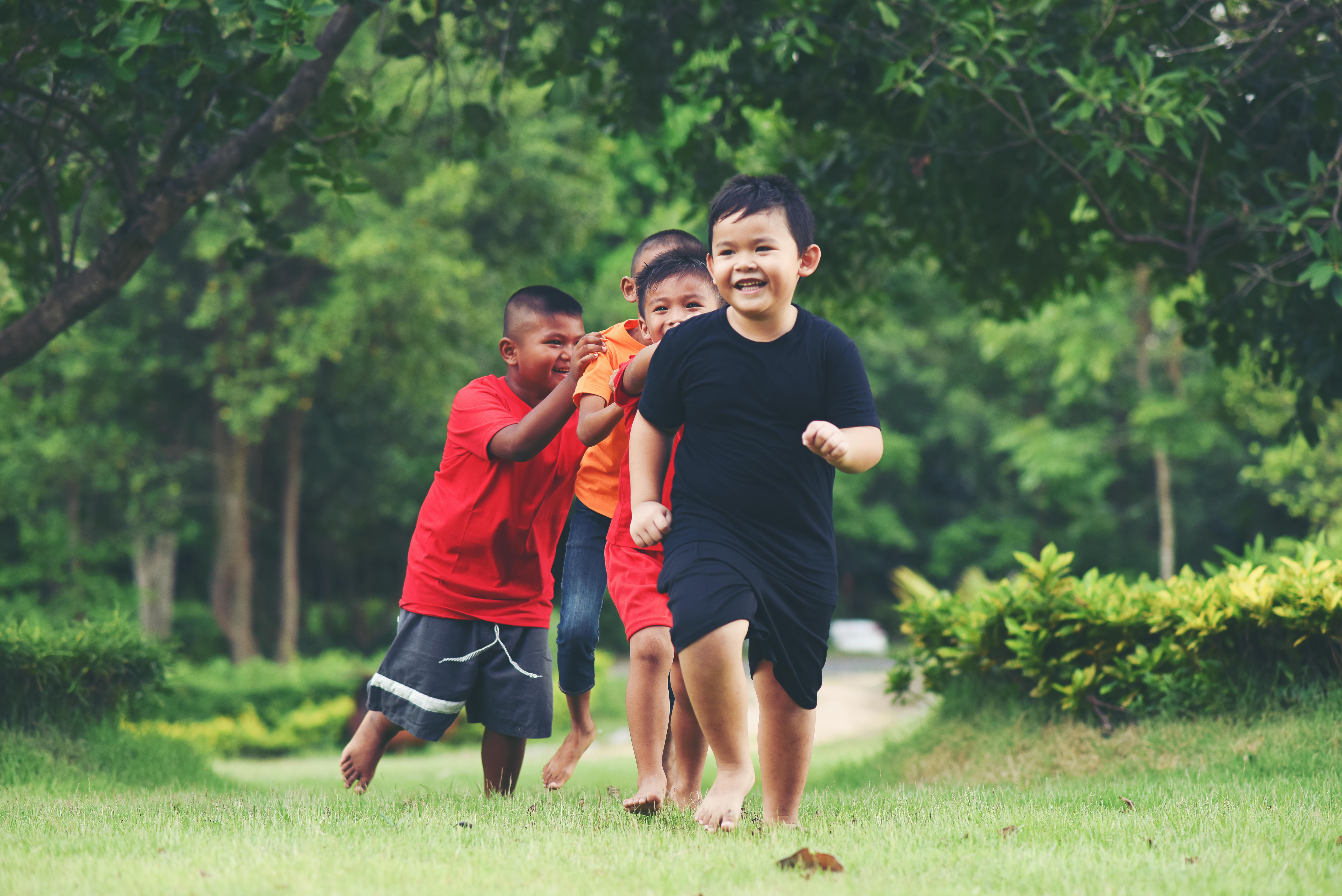 有自信的孩子不只愿意出门,还喜欢与人有往来。-图取自freepik-