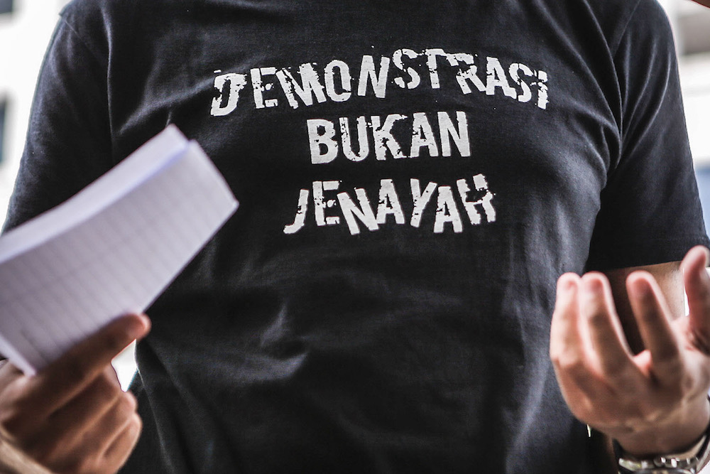 A view of the T-shirt worn by Mohd Asraf of Sekretariat Solidariti Rakyat at IPD Dang Wangi after recording a police statement on the protest at Dataran Merdeka, July 18, 2020. — Picture by Hari Anggara