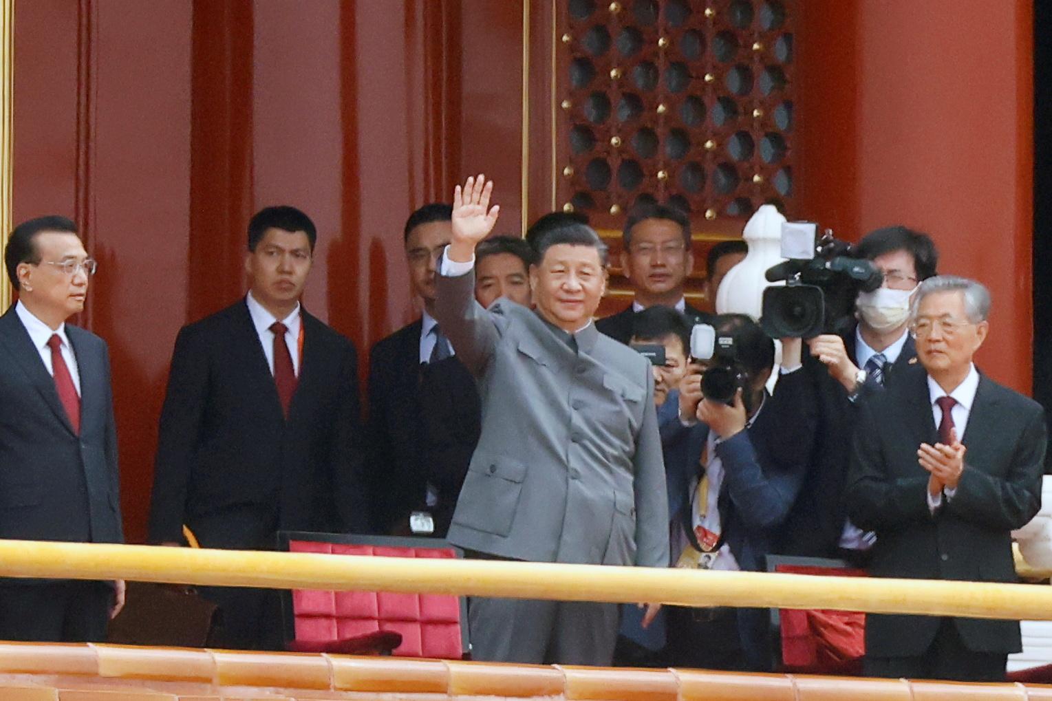"""皮尤研究中心公布17国民调结果显示,对中国领导人习近平(中)的信心保持不变,与去年一样""""接近历史低点""""。-路透社-"""