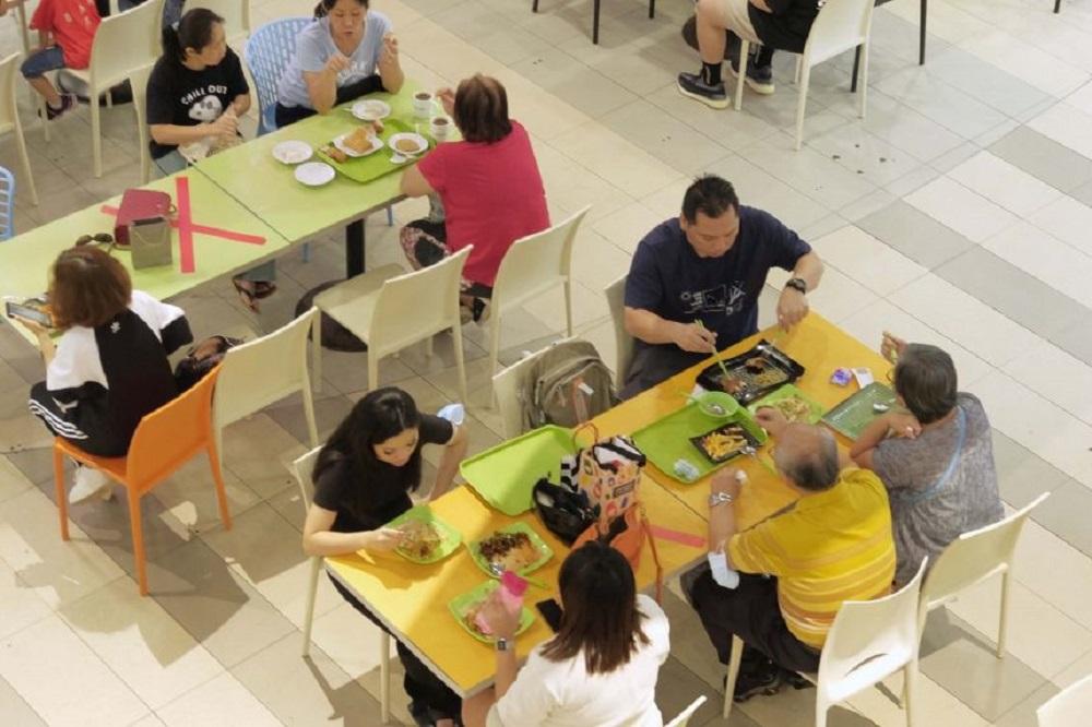 下周一起,新加坡的餐厅、小贩中心、美食街等餐饮店内用人数,从最多2人放宽至最多5人一桌。-图取自海峡时报-