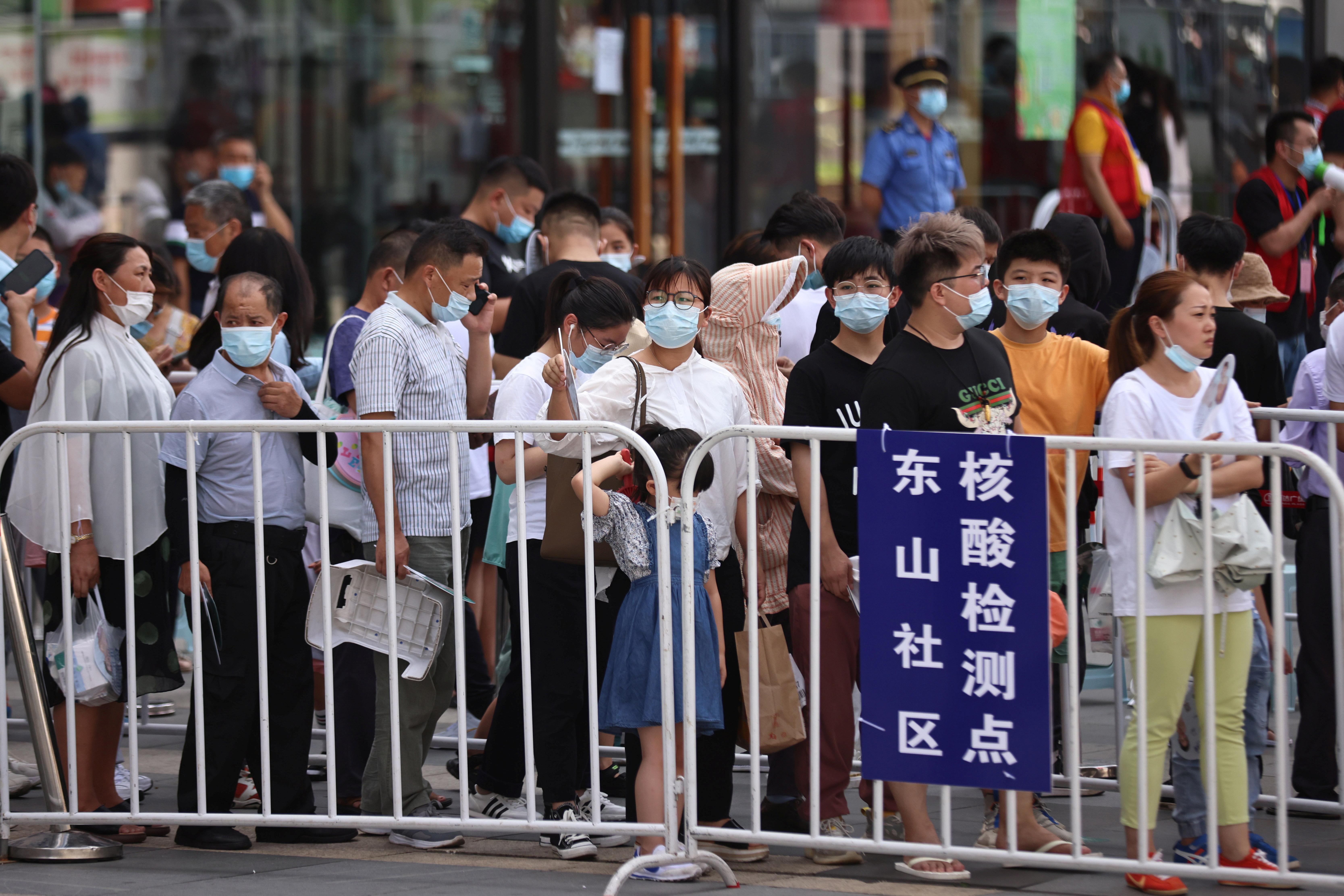 南京市出现新的冠状病毒病病例翌日后,全市进行大规模检测。图为人们在江宁区一家购物中心外的临时核酸检测点排队。-路透社-