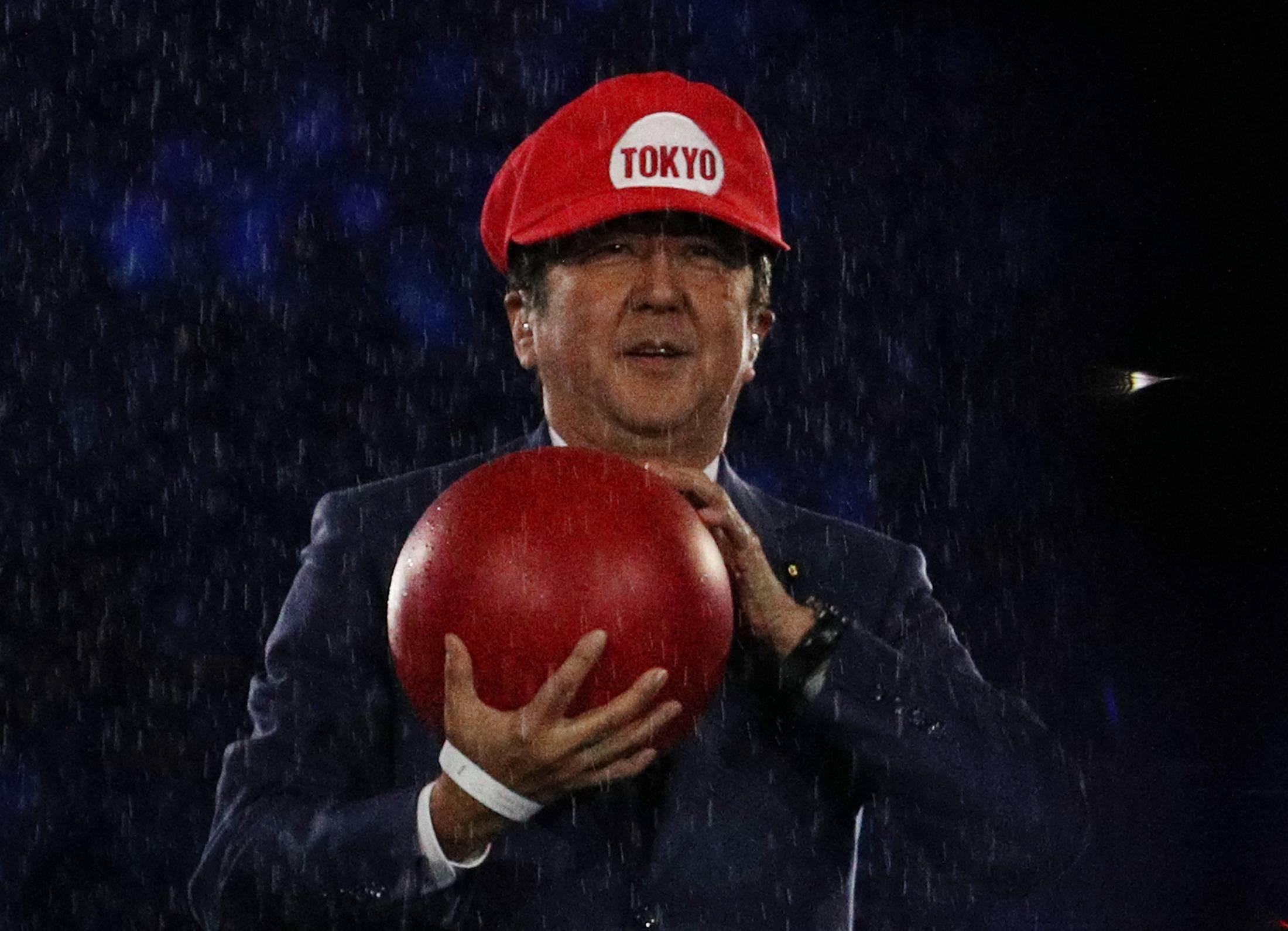 """安倍在2016年里约奥运闭幕式上,曾以电玩游戏""""超级马里奥""""(Super Mario)的装扮,向全球介绍东京奥运。-路透社-"""