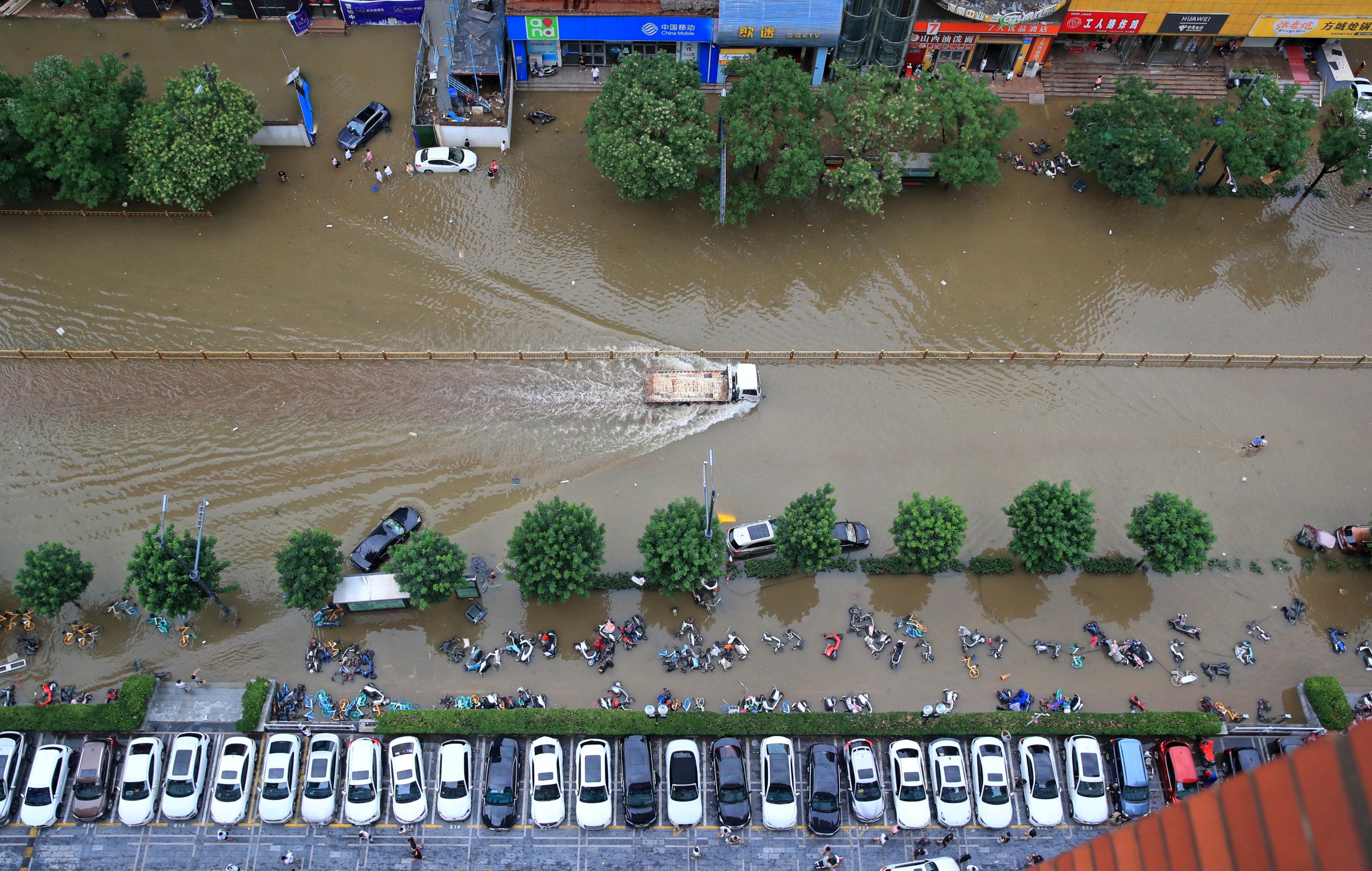 河南局部地区持续下暴雨,郑州市内街道成河,全城泡水。-路透社-