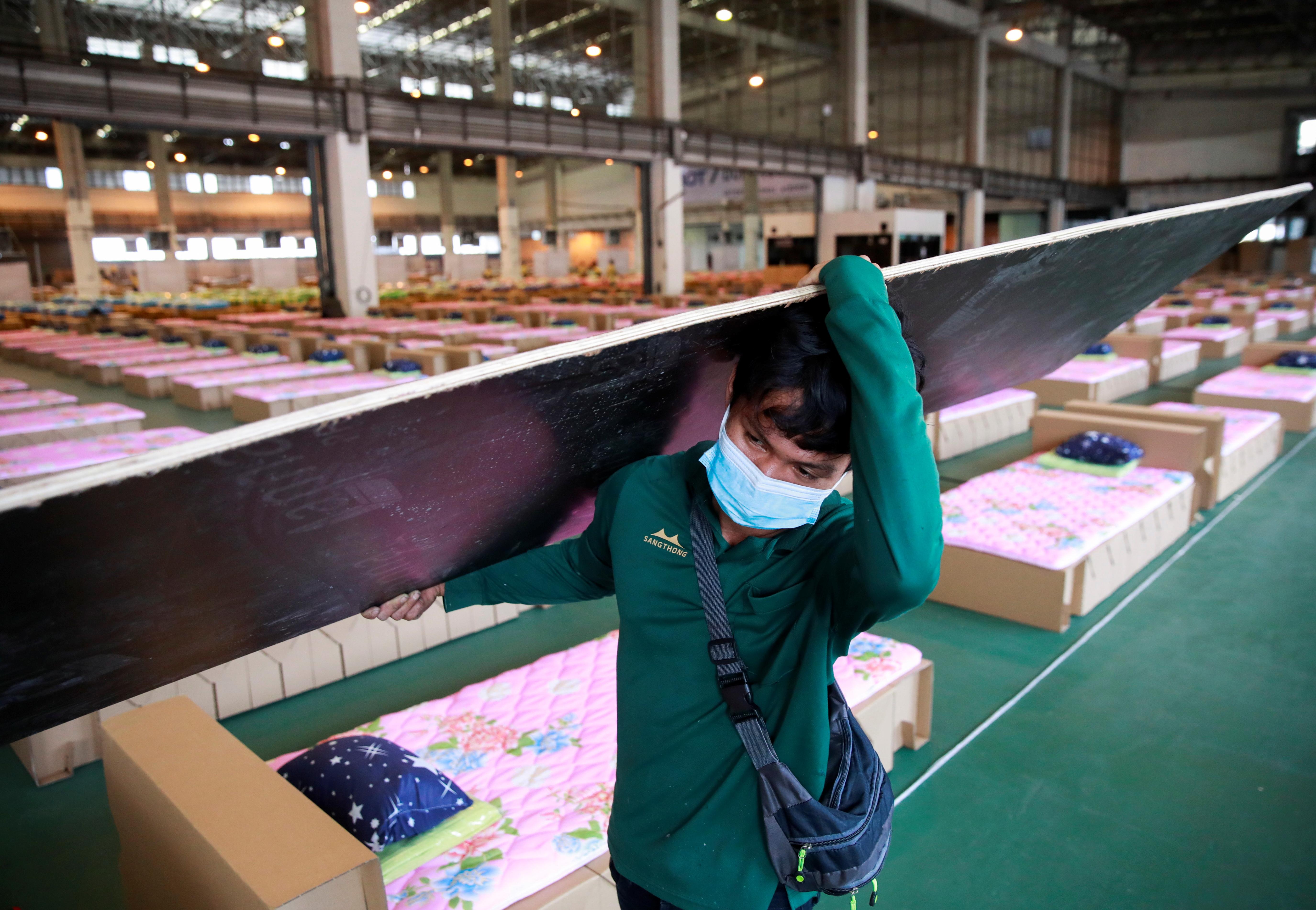 泰国疫情严峻,当局把廊曼国际机场一座航空货运仓库改造为方舱医院,能够容纳1800张床位,以收治日益增多的新冠患者。-路透社-
