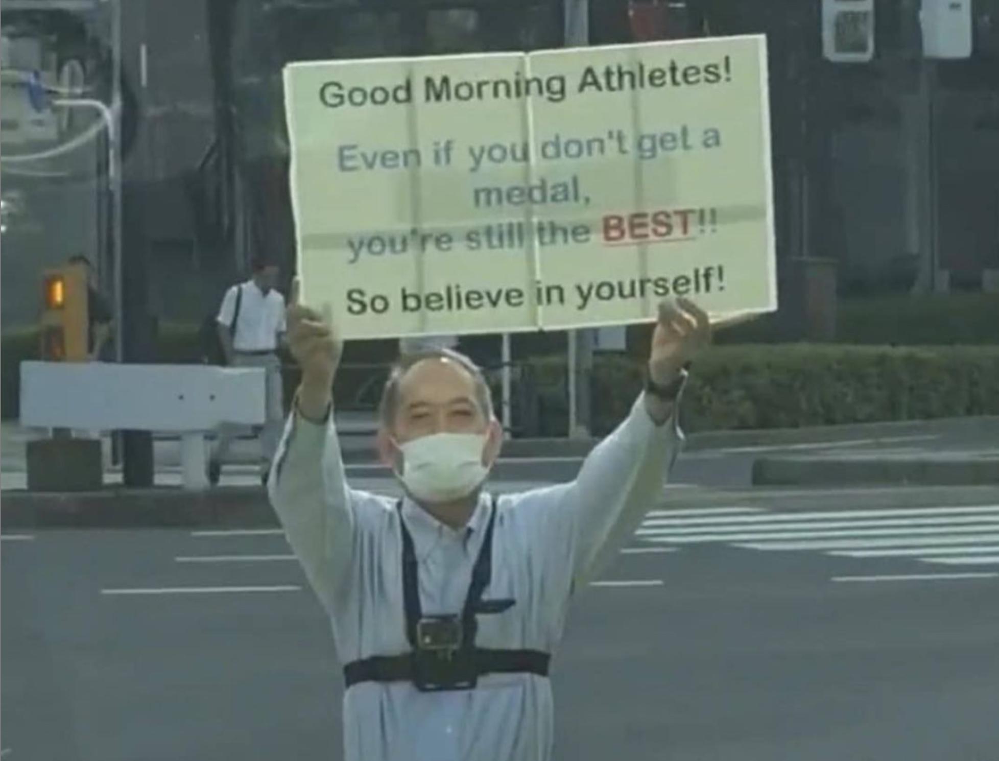 日本阿伯顶着大太阳在赛场外为运动员加油打气!-图摘自@thetokyochapter ig-