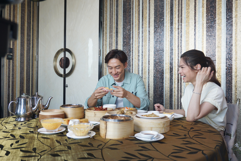 "Gin Lee被香港的饮食文化深深吸引,最爱饮茶,更形容蛋挞和奶茶是""Perfect Match"",虽然奶茶会令患乳糖不耐症的她肚子痛,仍不减她对此饮品的热爱。-香港旅游发展局提供-"