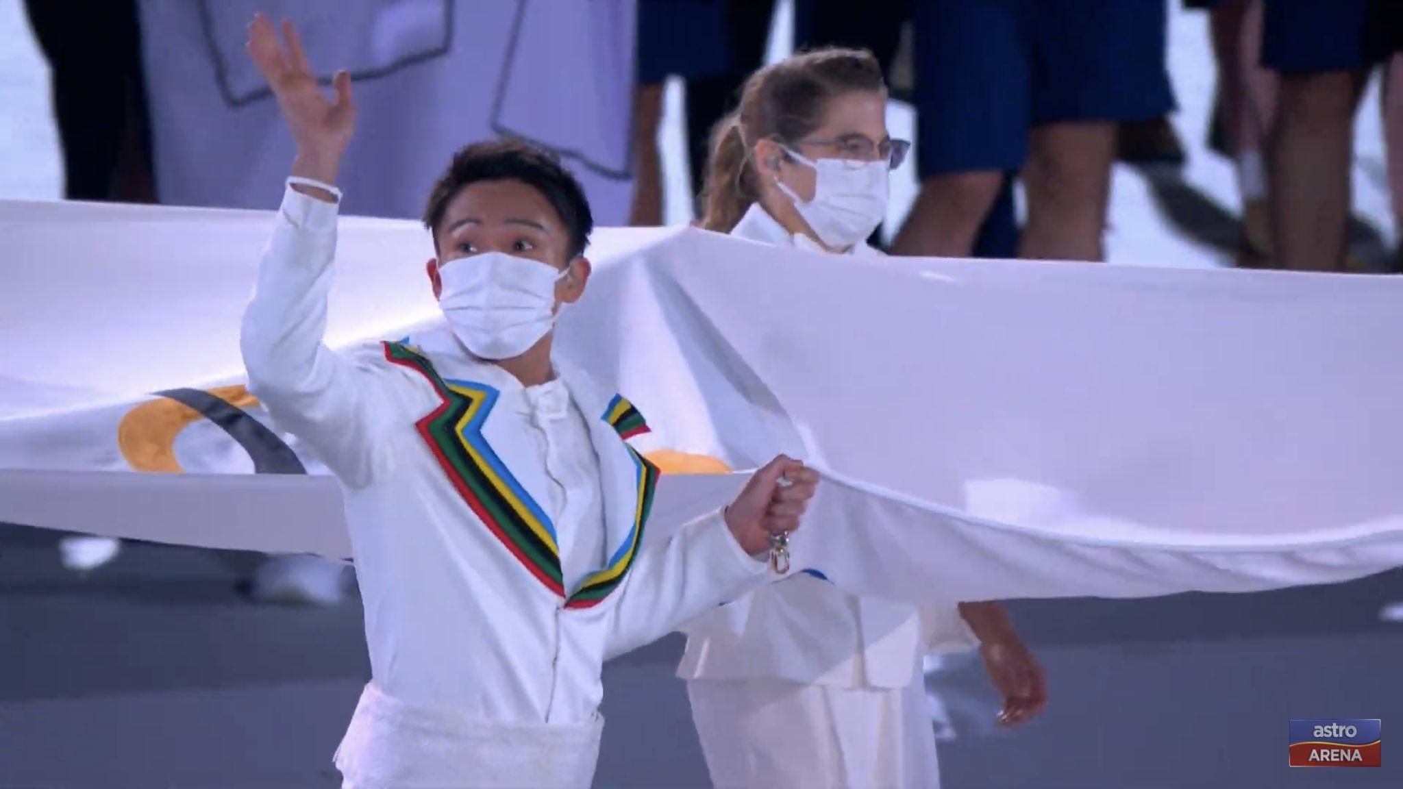 桃田贤斗手持奥运五环旗进场。-摘自推特-
