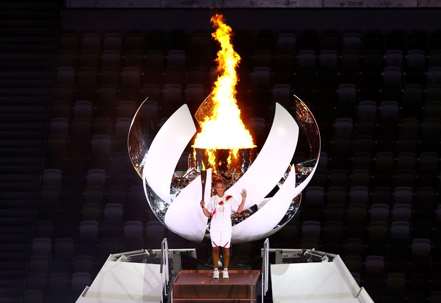 身为最后一棒的网球明星大阪直美,点燃以富士山为设计灵感的火炬台,也宣告东京奥运会正式掀开序幕!-路透社-