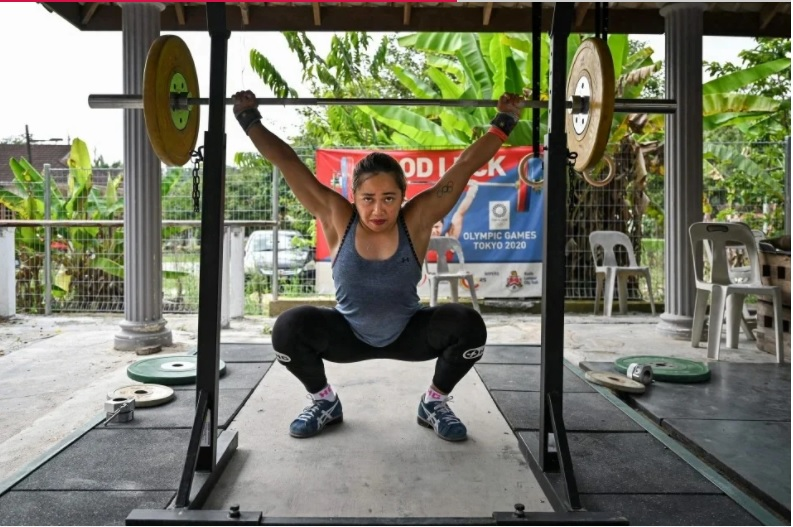 """迪亚兹就是在这个""""改装""""过的开放式健身房训练举重。-法新社-"""