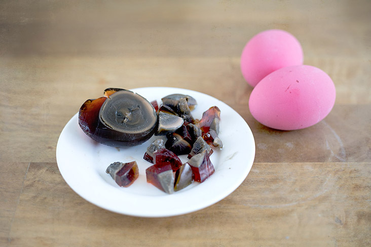 Coarsely dice the century egg before adding to the soup.