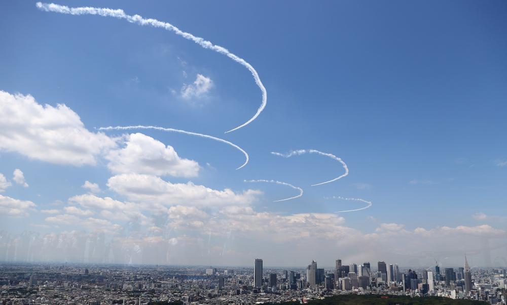 """日本航空自卫队""""蓝色冲击波"""",周三下午彩排即将在本周五开幕式上的表演之一——在天空""""画上""""奥运五环标志。-路透社-"""