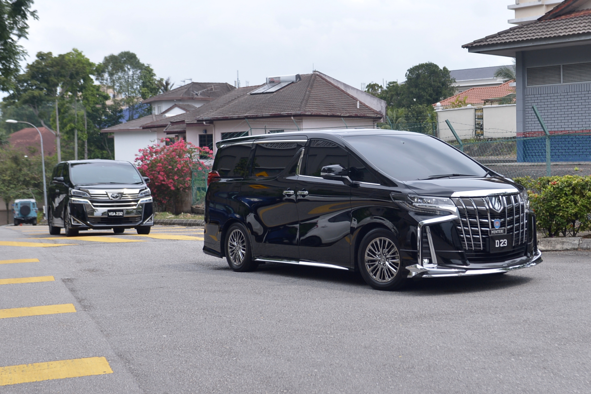 A vehicle believed to be ferrying Federal Territories Minister Tan Seri Annuar Musa is seen arriving at Prime Minister Tan Sri Muhyiddin Yassin's residence in Bukit Damansara July 29, 2021.  — Picture by Miera Zulyana