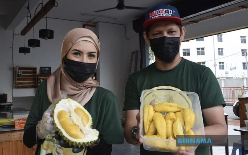 Mohamad Hakim Fahmi Awang said resorting to this was the best initiative in facing the ongoing Covid-19 MCO, which made it difficult for customers to go out to get their 'fix' of the King of Fruits. — Picture via Twitter/Bernama