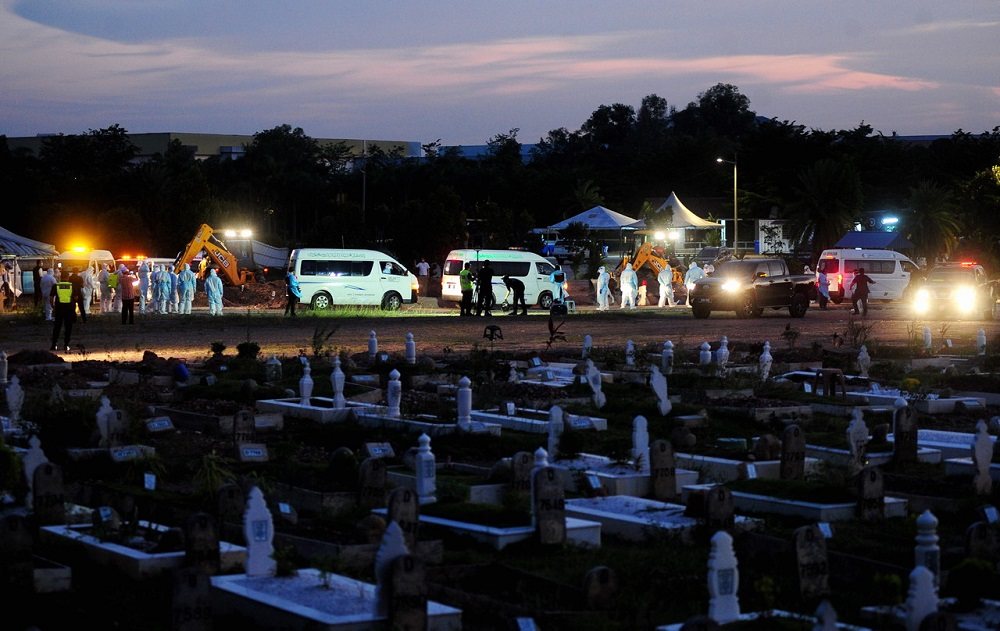 A sombre mood was felt outside the cemetery, with cries being heard and waves of holy verses from the Quran being recited by the next-of-kin of the dead, who waited patiently since 4.30pm yesterday. ― Bernama pic
