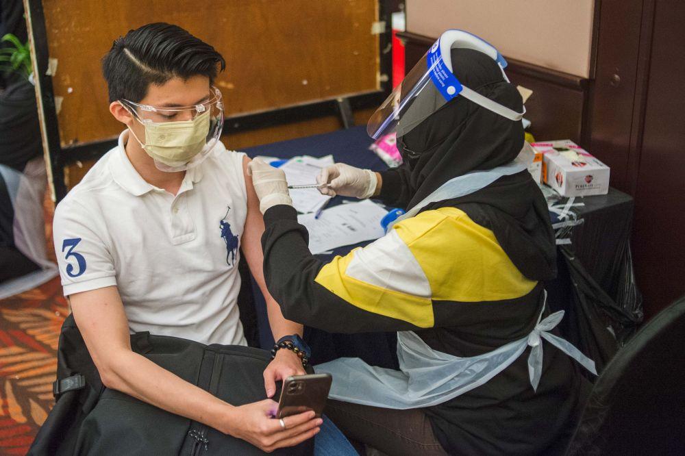 我国目前已经有19.9%人口完成接种两剂疫苗。-Shafwan Zaidon摄-
