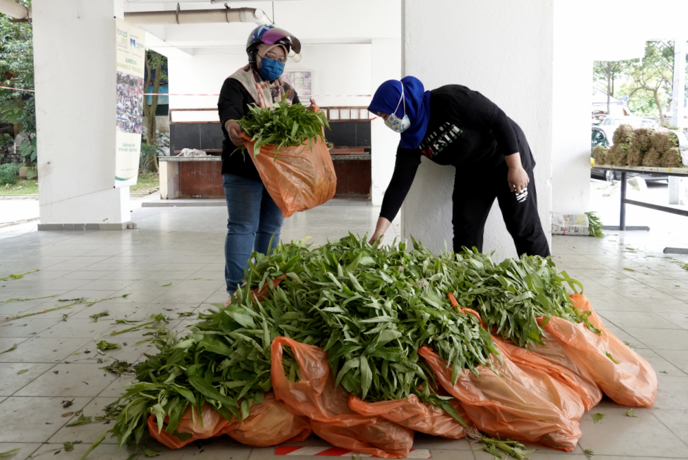 Residents stock up on vegetables in preparation for the EMCO, July 2, 2021. — Picture by Miera Zulyana