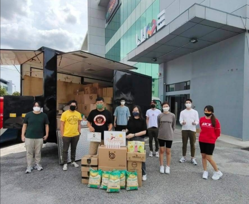 Kuan Chee Heng (third from left) receiving the donated items raised by celebrities via 'live' fundraising events. — Picture via Facebook