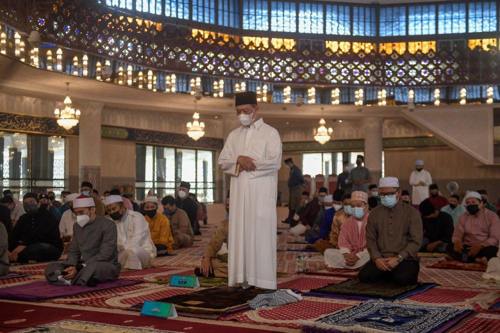 Prime Minister Tan Sri Muhyiddin Yassin performs Aidiladha prayers at the National Mosque in Kuala Lumpur July 20, 2021. — Bernama pic