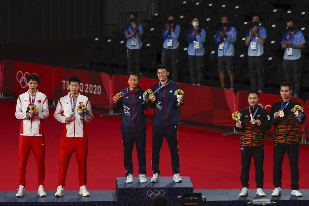 Tokyo 2020 Olympics gold medallists Taiwan's Lee Yang and Wang Chi-Lin, silver medallists China's Li Junhui and Liu Yuchen and bronze medallists Malaysia's Aaron Chia of Malaysia and Soh Wooi Yik of Malaysia pose with their medals in Tokyo July 31, 2021. — Reuters pic