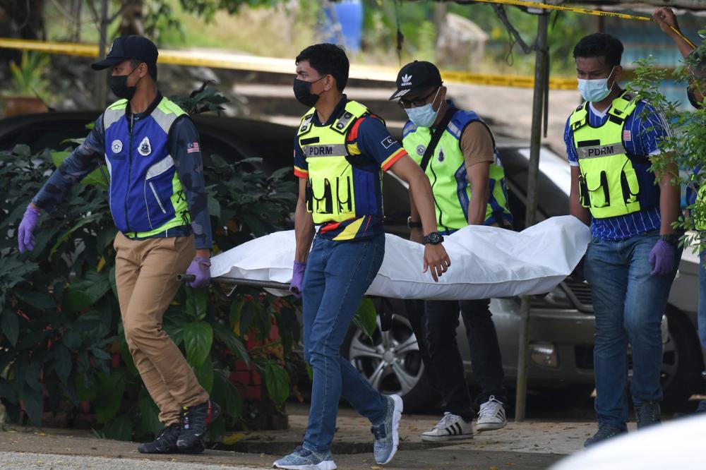 Police carry the body of Fong Swee Fuan who was fatally shot at a Rukun Tetangga hut in Taman Raya Wakaf Tapai, Terengganu, July 23, 2021. — Bernama pic