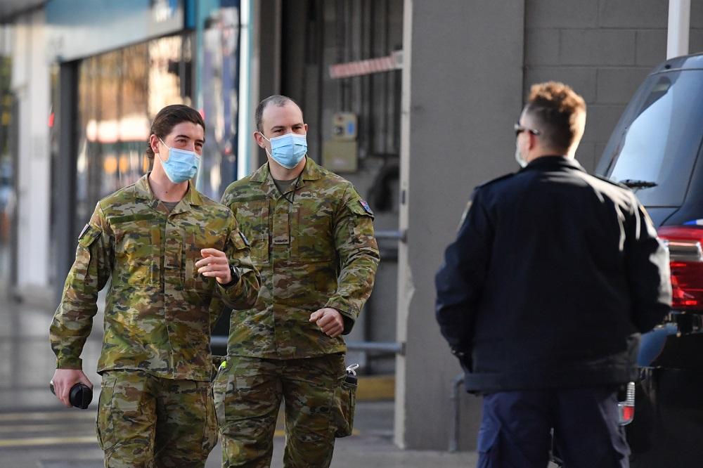 军人开始在悉尼街头巡逻,协助警方执行防疫规定。-路透社/澳联社-