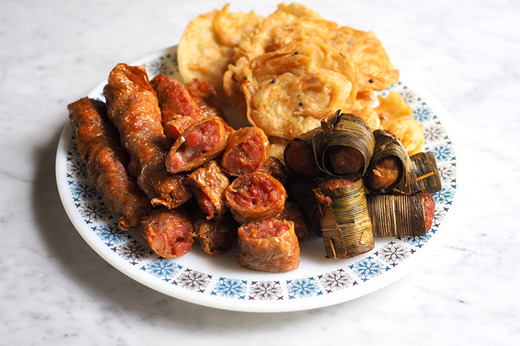 You can also add fried 'lorbak' too with the 'otak otak' and prawn fritters for your platter of fried snacks with the fried noodles.