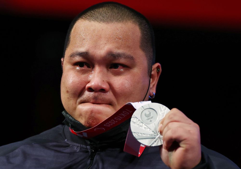 Malaysian powerlifter Jong Yee Khie poses with his silver medal on the podium at the Tokyo International Forum August 30, 2021. — Reuters pic