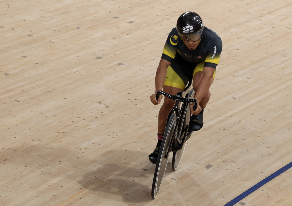Mohd Azizulhasni Awang during a warm-up session before competing in the qualifying round of the sprint event at Izo Veletrom in Tokyo, August 4, 2021. ― Bernama pic