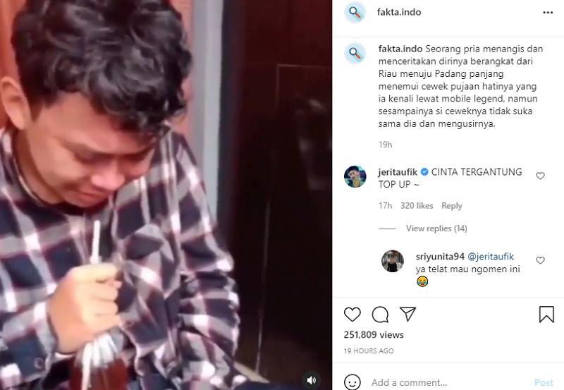 Orang-orang di sekitarnya menawarinya minum dan memintanya untuk tenang.  - Gambar via Instagram / fakta.indo