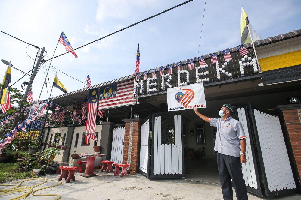 It took retired policeman Jamaludin Ahmad 10 days to decorate his Kampung Tersusun Tasek home at Bercham. — Picture by Farhan Najib