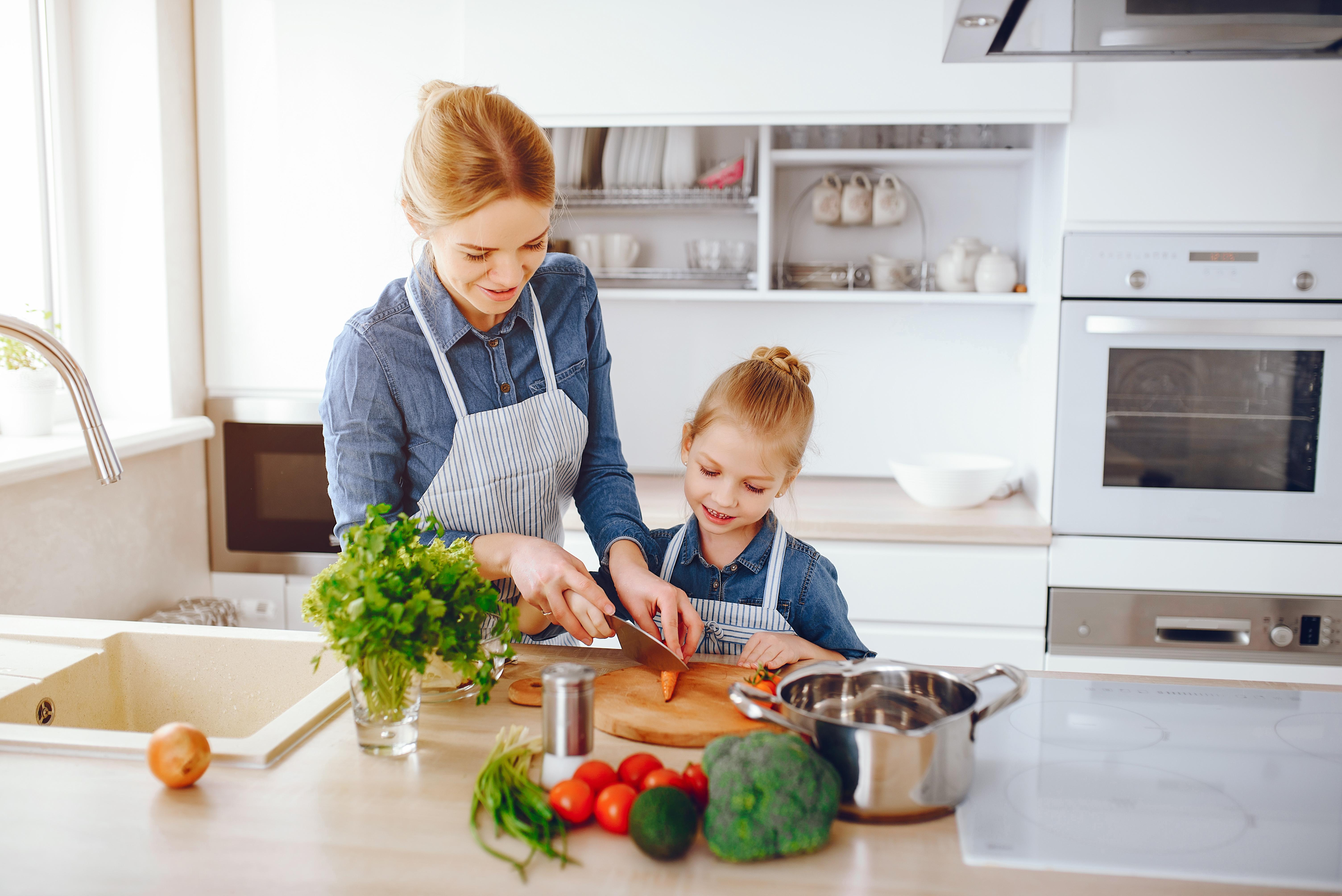 妈妈们在准备食材时,可以让孩子一起参与,这样做能让孩子对蔬菜放下警戒心。-图取自freepik-