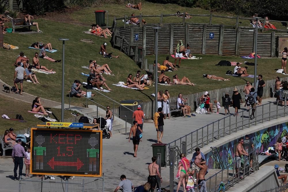 """尽管悉尼仍处于封城状态,一些当地民众已迫不及待自我""""解封"""",周三涌往邦迪海滩消遣。-路透社-"""