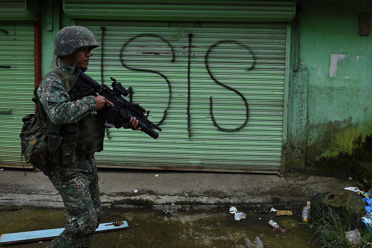 """亲""""伊斯兰国""""的伊斯兰教极端武装分子,2017年侵占菲律宾棉兰老岛南拉瑙省的马拉维市,政府军与之激战达5个月后才平乱。-法新社-"""