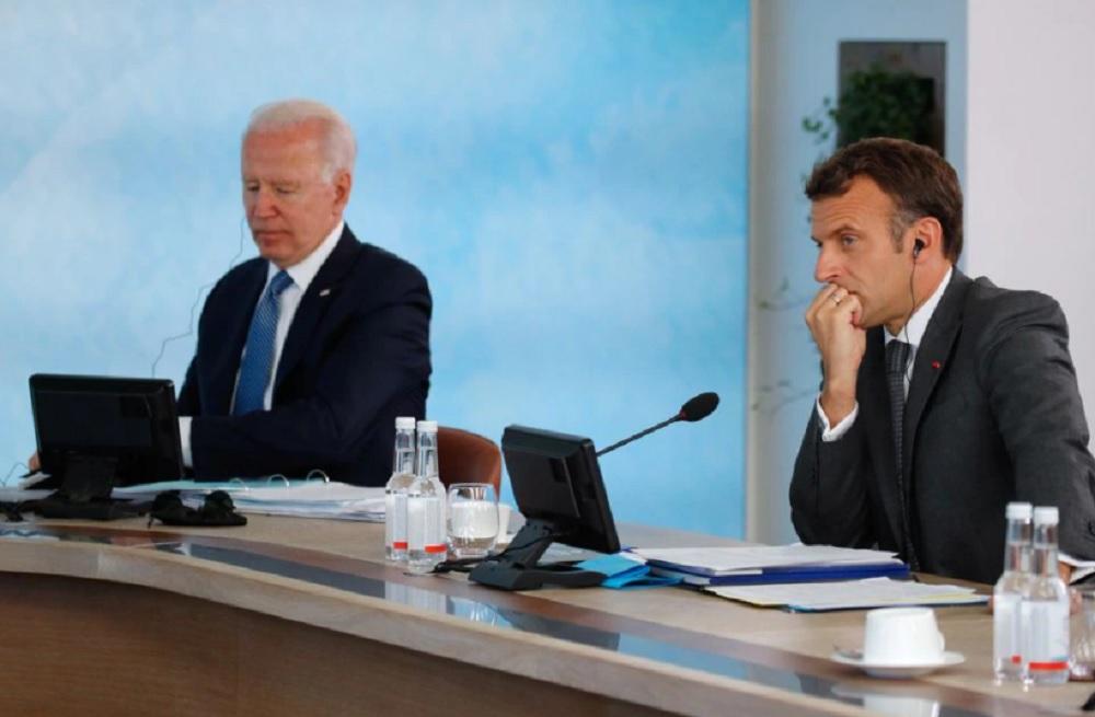 法国批评美澳的军事合作如同背刺盟友。图为法总统马克龙(右)和美国总统拜登(左)。-路透社-