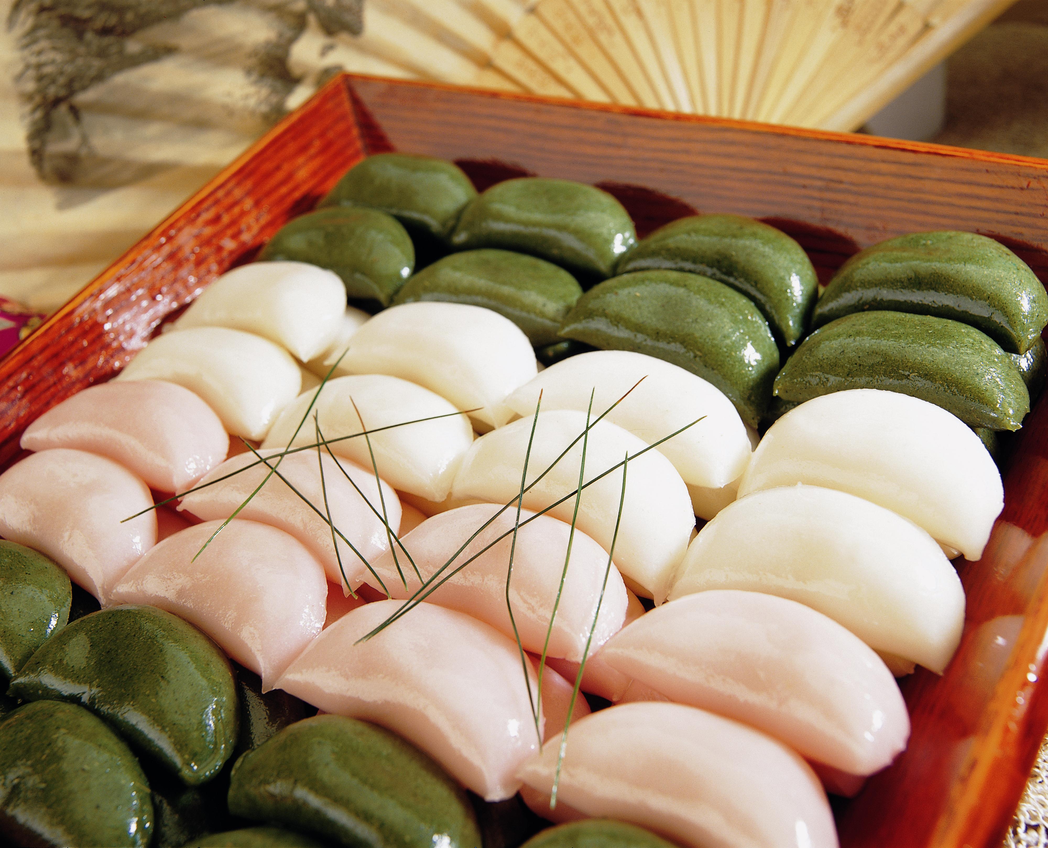 松片是韩国和朝鲜独有的中秋食物,用米粉制成,以豆沙、枣泥等作馅。-图取自网络-