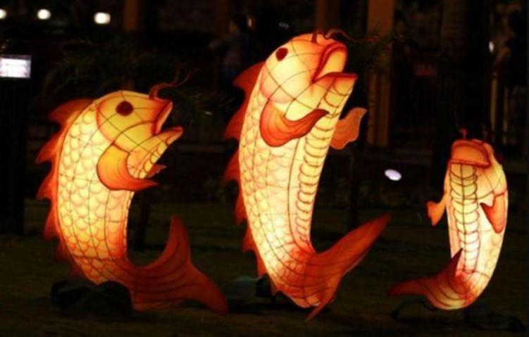"""越南的孩子都在中秋晚上听""""阿贵""""的传说,甚至还会提鲤鱼灯出游玩耍,预示长大""""跳龙门""""之意。-图取自网络-"""