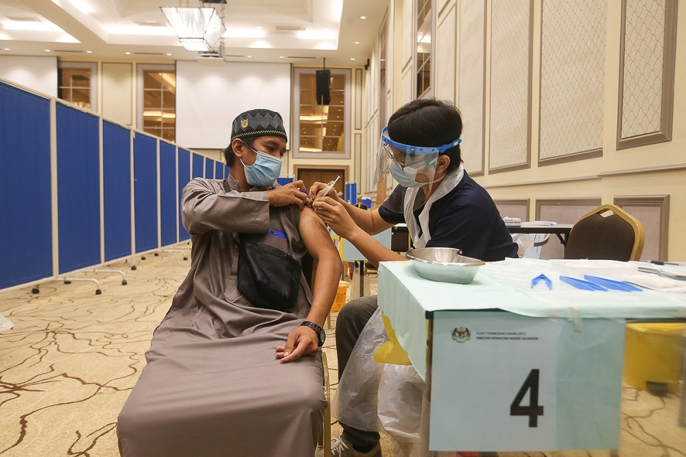 People receive their Covid-19 jab during a special vaccination programme organised by Jais at the Sultan Salahuddin Abdul Aziz Shah Mosque in Shah Alam September 22, 2021. — Picture by Yusof Mat Isa