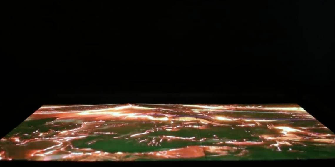 这款13寸的OLED屏幕可垂直移动,将2D屏幕变成动态的3D表面。-图摘自Soya Cincau-