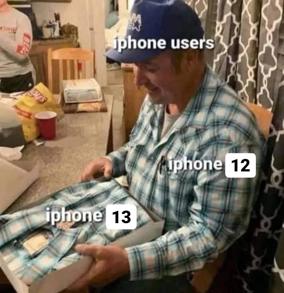 在苹果发布iPhone 13系列后,由于功能差异不大,网民纷纷制作迷因上社交媒体恶搞。-摘自脸书-
