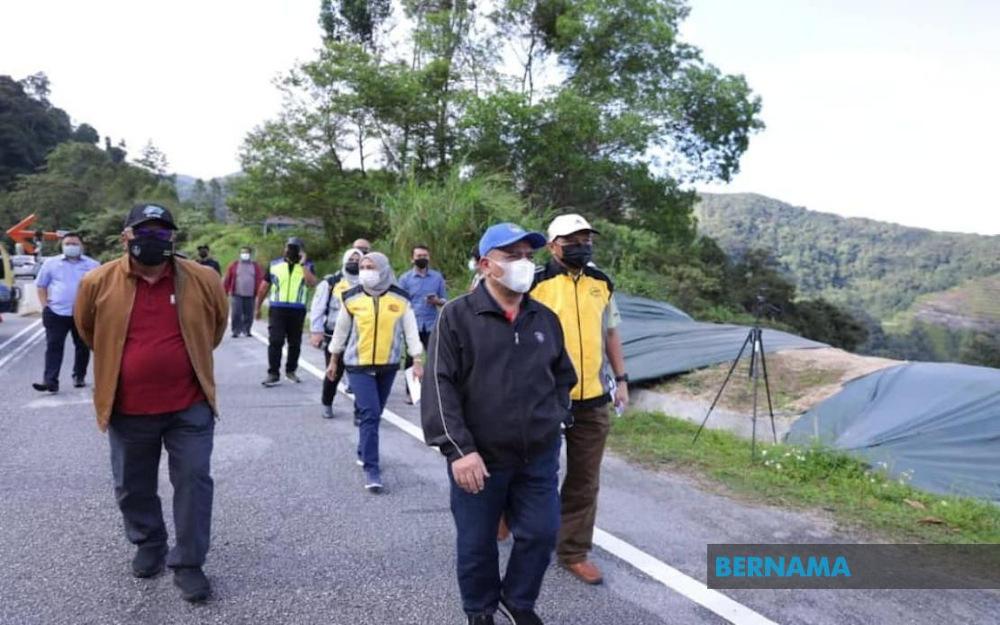 Perak Mentri Besar Datuk Saarani Mohamad said the cracks on Federal Route 185 involving Jalan Simpang Pulai-Blue Valley here heading towards Cameron Highlands, Pahang could get worse if rains continue at the location. — Picture via Twitter/Bernama