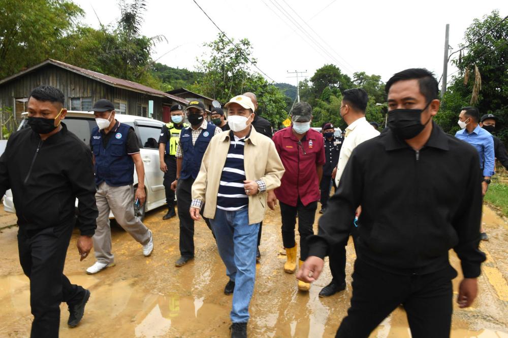 Sabah Chief Minister Datuk Seri Hajiji Noor visits Kampung Sugud in Penampang after handing out flood aid to villagers, September 21, 2021. — Bernama pic