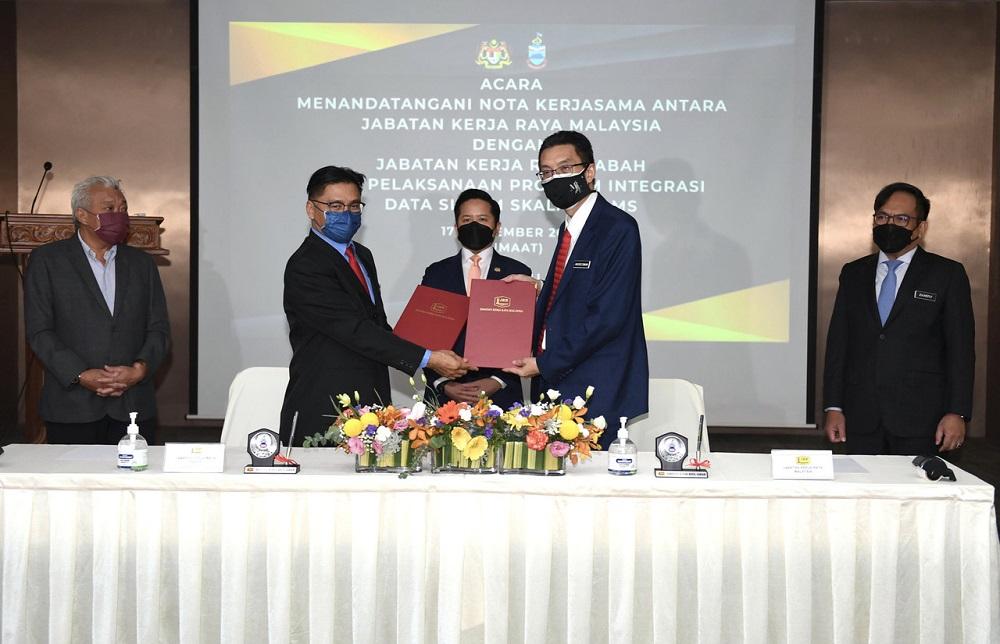 Deputy Works Minister Datuk Arthur Joseph Kurup witnesses the signing of the MoU between the Public Works Department and the Sabah JKR in Kota Kinabalu September 17, 2021. ― Bernama pic