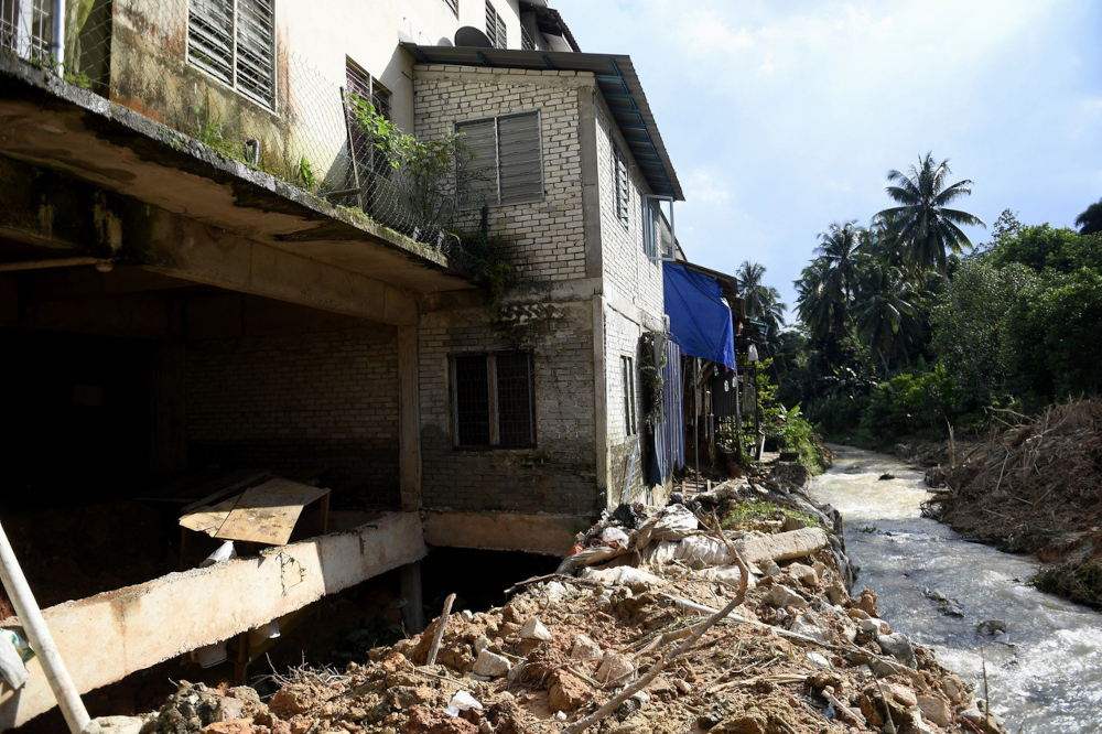 On September 17, a landslide, believed caused by underground water movements, affected 27 houses in Jalan Kemensah Heights. — Bernama pic