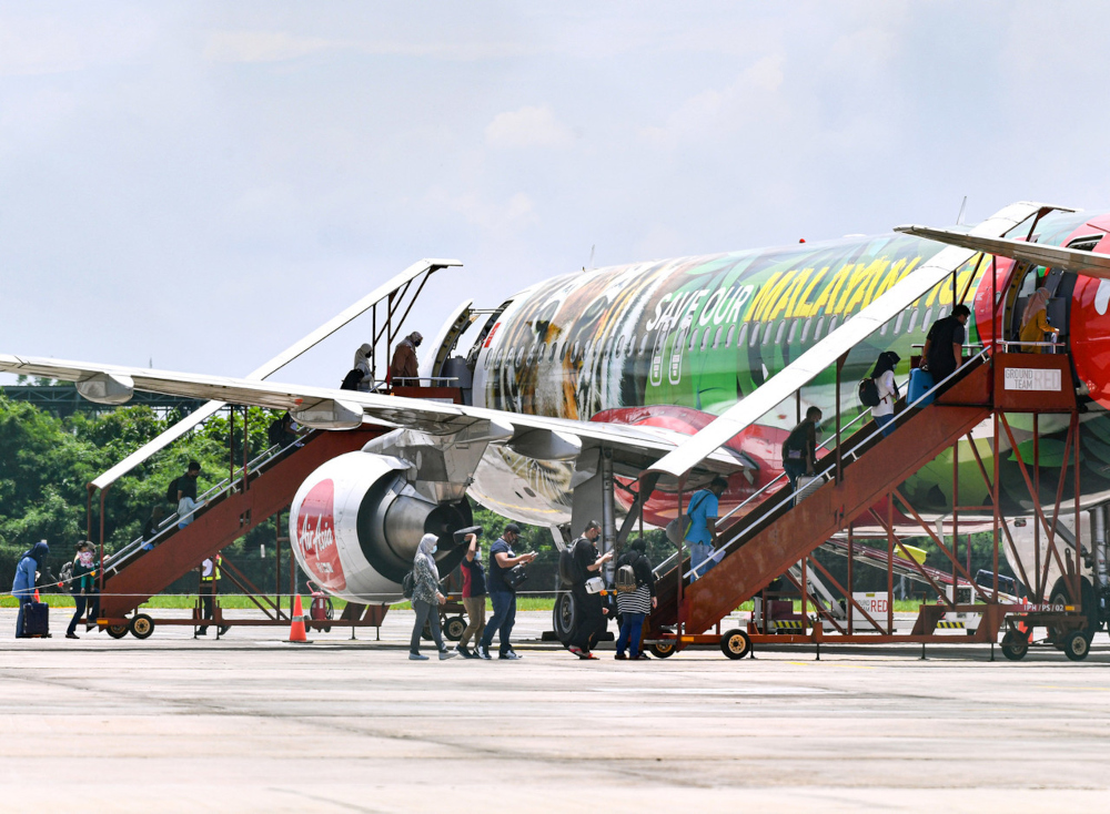 AirAsia passengers from Ipoh boarding the aircraft headed for Langkawi, September 17, 2021. — Bernama pic