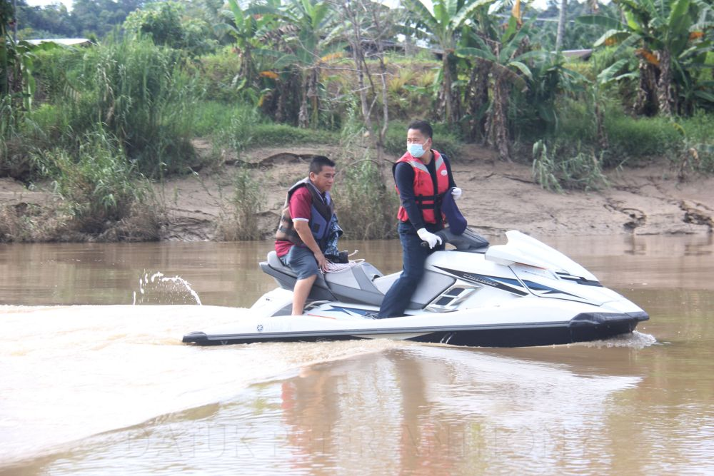 Datuk Peter Anthony (right) leads a volunteer team aboard jet skis to scour the Padas river in search of the remaining victim from a capsized boat on September 24, 2021. — Picture via Facebook