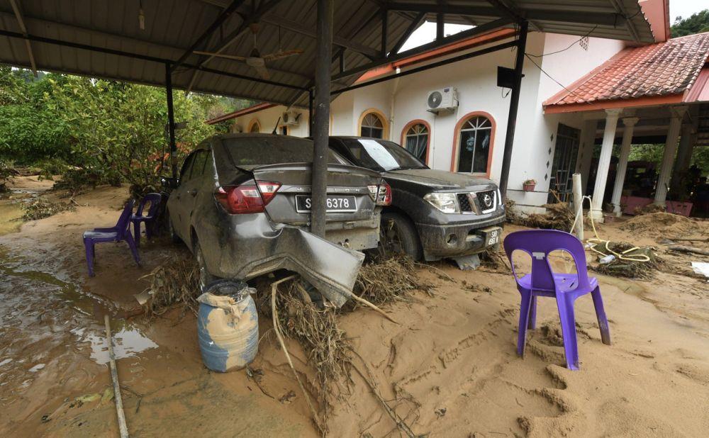 Vehicles damaged during flash floods are pictured at Kampung Sugud Penampang, Kota Kinabalu September 21, 2021. — Bernama pic
