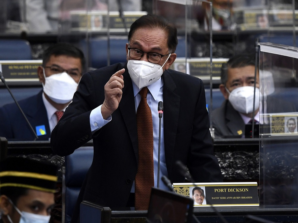 Opposition Leader Datuk Seri Anwar Ibrahim (pic) said that the Pandora Papers exposé should be debated in Parliament even if the shares were worth only £5 as the Speaker said. ― Bernama pic