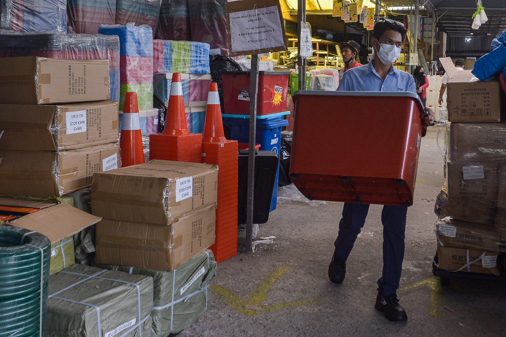 People buy containers to store water in preparation for the water disruption in Klang Valley from October 13 to 16 at MY DIY, Shah Alam, October 12, 2021. — Picture by Miera Zulyana