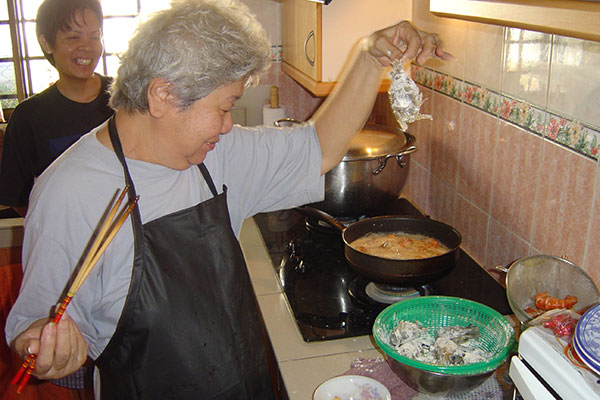 Auntie Ruby cooking up prawns for her Har Lok dish