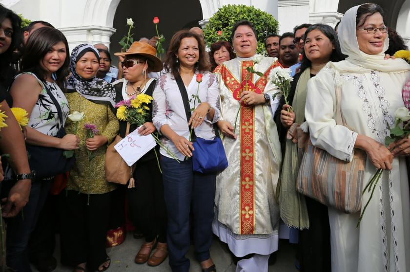 Malaysians rally in solidarity with Catholics attending Sunday Mass at the Church of Our Lady of Lourdes, Klang on January 5, 2014. Parish priest, Rev Father Michael Chua, is seen next to social activist Datin Paduka Marina Mahathir. — Picture by Saw Siow Feng